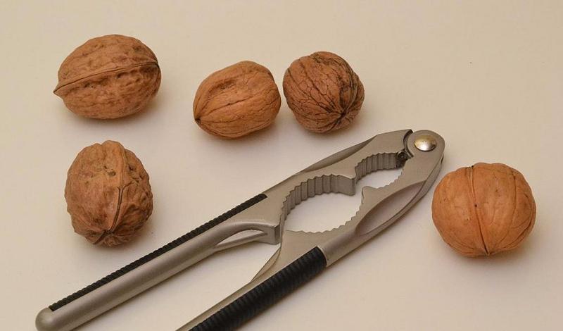 Щипцы для колки орехов прекрасно справляются со скорлупой краба: в следующий раз обязательно прихватите их с собой в ресторан. Заодно и развлечетесь.