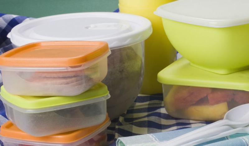 Старый пластиковый контейнер Многие люди покупают набор пластиковых контейнеров и пользуются ими просто годами. Между тем, подобное, бережное отношение к посуде, мягко говоря, вредит их здоровью. Дело в том, что поликарбонат содержит BPA — он, со временем, начинает выделяться из стенок контейнера в пищу. Представьте, что происходит с вашей едой, когда вы разогреваете ее в микроволновке? Врачи советуют менять контейнеры минимум раз в пару месяцев.