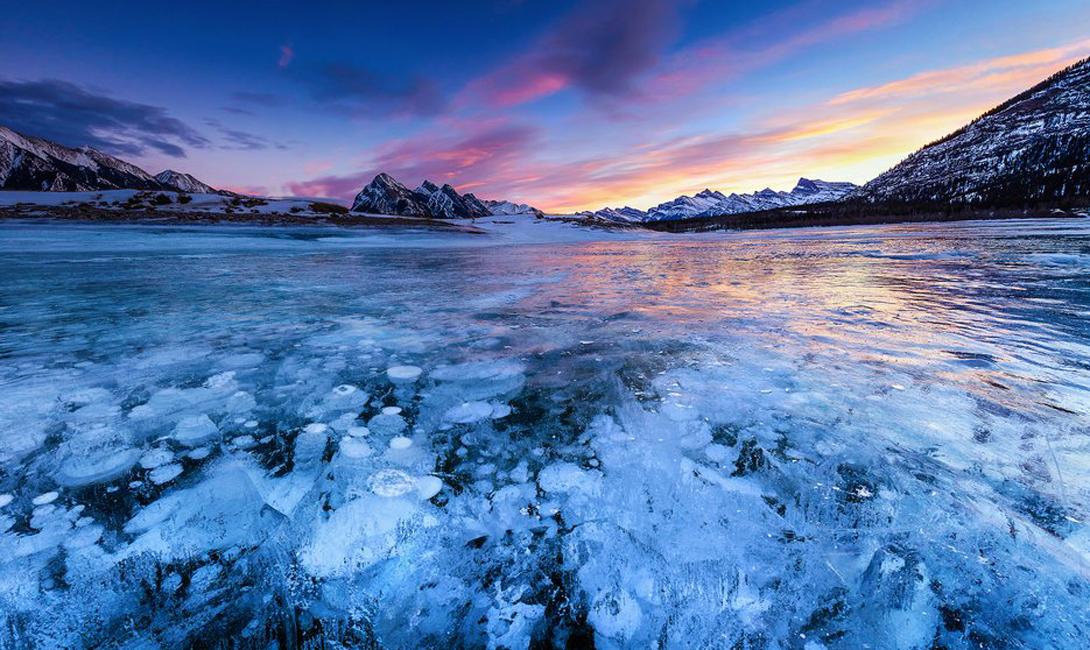 Озеро Абрахам Канада Канадское озеро Абрахам (в некоторой транскрипции — Авраам), становится еще более впечатляющим зимой, когда толстый слой льда наполняется вмерзшими воздушными пузырьками. На самом деле, этот воздух выходит из гейзеров, которые вновь начинают функционировать с приходом весны.