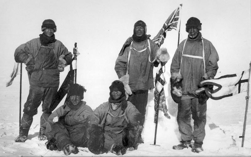 Именно за все эти качества и полюбили первые полярные исследователи традиционную одежду народов Севера и брали ее за основу при изготовлении костюмов полярников вплоть до 40-х годов прошлого века. Вот как описывает типичный полярный костюм 30-х годов исследователь Арктики Николай Урванцев: «Я оделся достаточно тепло и вместе с тем легко. На мне было простое трикотажное и шерстяное белье, шерстяной свитер, меховая рубашка из пыжика мехом внутрь; меховые штаны с корсажем, куда заправлялась рубашка; на ногах — простые и шерстяные носки, длинные, до пояса, мехом внутрь чулки и, наконец, меховые, тоже до пояса, сапоги-«бакари». В сапогах лежала толстая войлочная стелька. Для защиты от ветра поверх всего была надета «ветровая» рубашка с капюшоном и штаны из плотного парашютного шелка. Кухлянку я надевал только при особо сильной пурге».