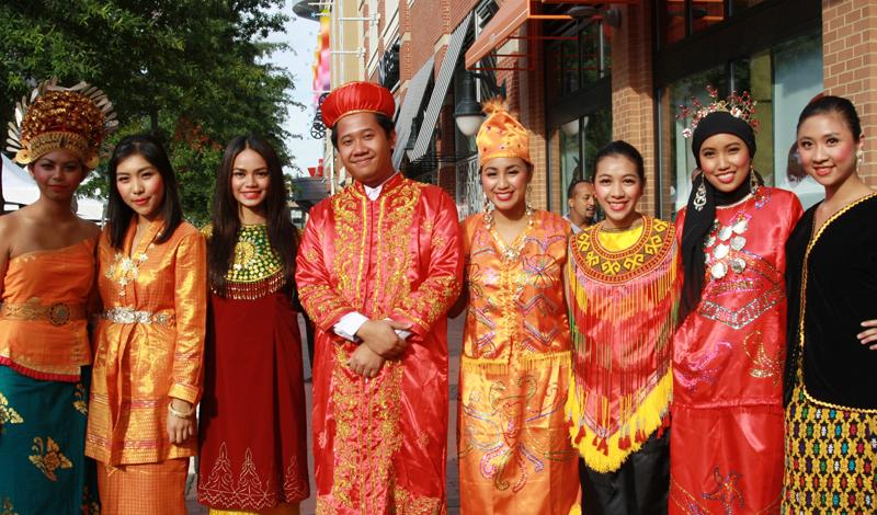 Индонезия Общее количество языков: 707 Государственным языком страны является индонезийский. Его преподают в школах и практически все население Индонезии владеет языком в достаточной мере, чтобы друг друга понимать. Однако, в быту индонезийским пользуются только 20%, остальные же предпочитают использовать свои родные наречия, когда находятся в кругу семьи.