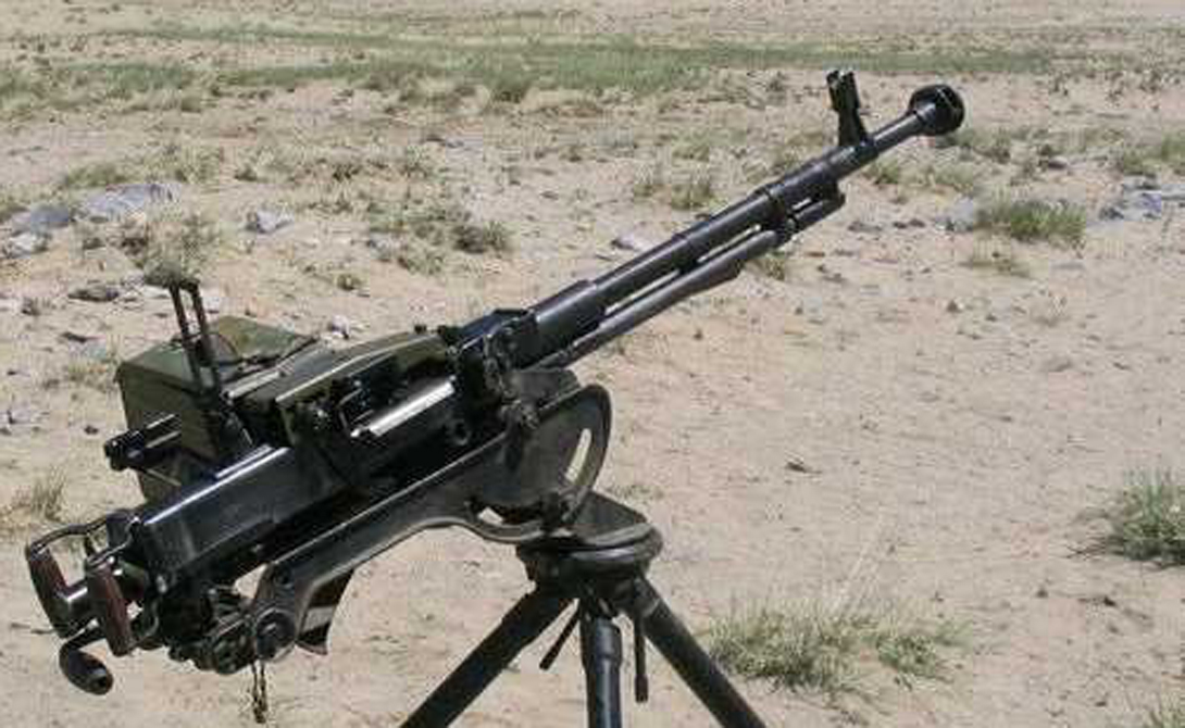 Крупнокалиберные пулеметы ДШК 1938 — советский тяжелый пулемет, активно использовавшийся во время Второй мировой войны. Он до сих пор находится в производстве по всей планете. Его применяют в качестве зенитного орудия и в качестве тяжелой поддержки пехоты. 600 выстрелов в минуту, возможность установки в кузов пикапа, сравнительно легкое обслуживание — идеальная машина смерти в руках серьезно настроенных ненавистников свиного мяса.