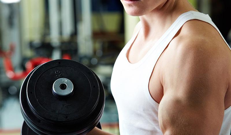 Тяжелая атлетика Не делайте всю ставку только на кардио. Поднятие тяжестей — главный способ предотвратить возрастное снижение уровня метаболизма. К тому же, килограмм мышечной массы требует больше калорий в состоянии покоя, чем килограмм жира.