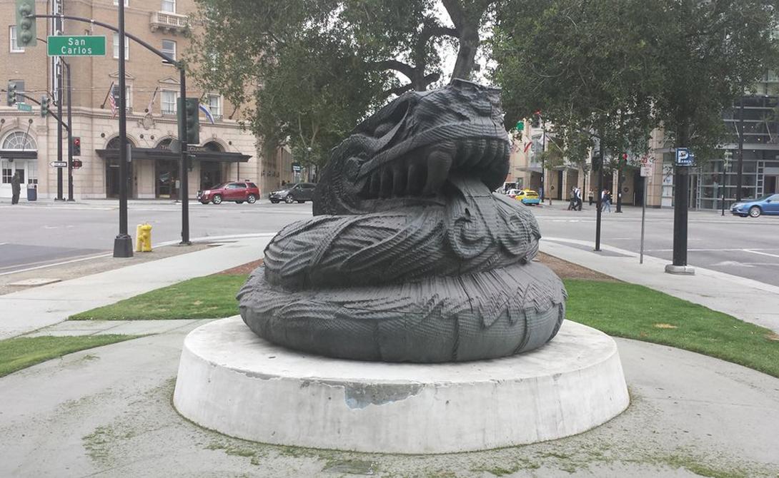 Кетцаткоатль Где стоит: Сан-Хосе, СШААвтор: Роберт Грэм Заказ на статую Роберт Грэм получил от муниципалитета Сан-Хосе: город нуждался в монументе, который мог бы символизировать уважение к традиционным верованиям индейцев инка и майа, потомки которых жили когда-то на этих землях. Скульптор запросил за свою работу грандиозные полмиллиона долларов, но вот результатом не был доволен никто. Мало того, что статуя грозного бога выглядит так, будто ее «изваяла» бездомная собака — местные жители, уже после установки монумента, возмутились выбором божества: Кетцаткоатль известен как вырывающий сердца демон.