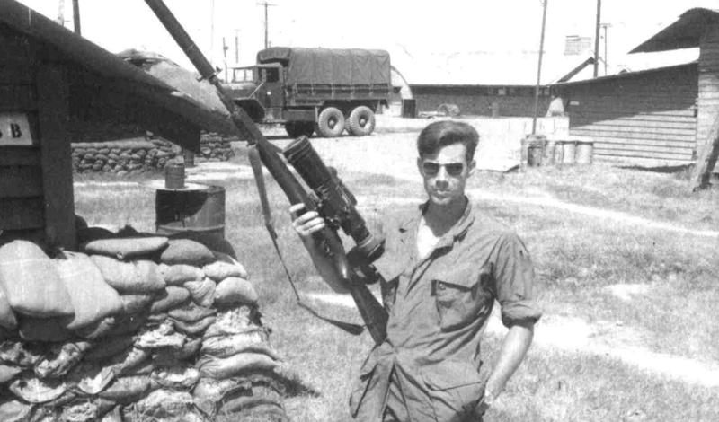 Карлос Хэтчкок vs. Неизвестный снайпер Легендарный снайпер из корпуса морской пехоты, Карлос Хэтчкок поучаствовал в нескольких дуэлях — эту прекрасную возможность подарил ему Вьетнам. Охота на охотника началась после того, как последний пристрелил корректировщика Карлоса и тем самым выдал свою позицию. Бравый морпех потратил две недели на поиски снайпера чернорубашечников и, в конце концов, свел все дело к дуэли. Последний выстрел Карлоса получился настоящим шедевром: заметив отблеск на стальном ободе прицела противника, стрелок послал пулю прямо в окуляр.