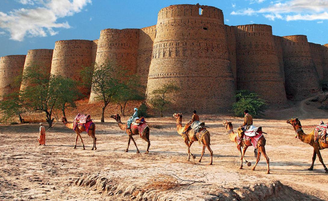 Деравар Пакистан Крепость монументальных масштабов поднимается перед глазами удивленного путешественника прямо из сердца пустыни. Стены форта образуют окружность в 1500 метров, некоторые из них достигают тридцатиметровой высоты. Чтобы попасть сюда, настойчивому туристу потребуется знающий гид и внедорожник с приводом на все четыре колеса. О существовании Деравара не знают даже некоторые местные жители, что, конечно, поразительно.