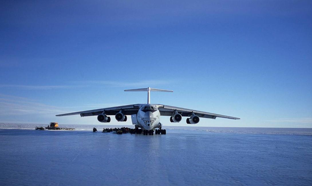Антарктика Ice Runway Строго говоря, это даже не аэропорт, а отдельная взлетно-посадочная полоса. Покрытием служит лед и снег, которые подготавливают к каждому сезону, а длится он до момента таяния снега. На полосу приземляются самолеты, перевозящие груз и исследователей на ближайшую станцию под названием Мак-Мердо. Место вполне надежное и безопасное, но лишь до того момента, пока все не начинает таять. В таких условиях самолет может попросту увязнуть в снегу или того хуже —проломить лед. На этот период самолеты перенаправляют на другую полосу, но риск упустить тот самый момент все же есть, поэтому полоса стабильно удерживает свою позицию списке самых опасных аэропортов мира.