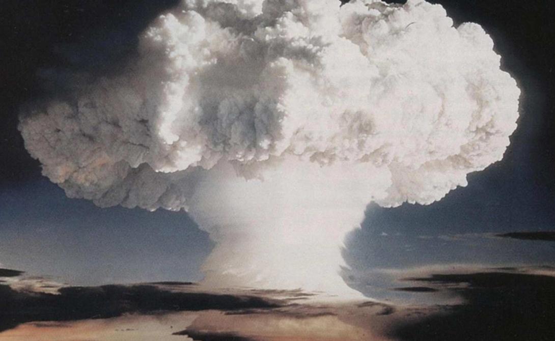 Радиационное заражение Но самым опасным последствием взрыва станет, конечно же, радиационное заражение. Распад тяжелых элементов в бушующем огненном вихре наполнит атмосферу мельчайшими частицами радиоактивной пыли — она настолько легка, что попадая в атмосферу, может обогнуть земной шар два-три раза и только потом выпадет в виде осадков. Таким образом, один взрыв бомбы в 100 мегатонн может иметь последствия для всей планеты.