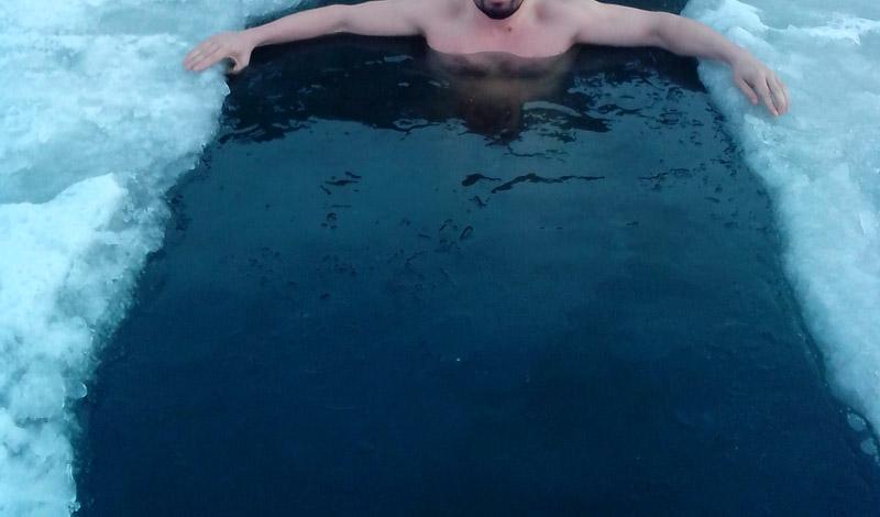 Что происходит с организмом Откровенно говоря, на уровне науки положительное воздействие зимнего купания на здоровье так и не установлено. Резкое охлаждение организма создает довольно неприятную нагрузку на сердце, усугубленную сжатием дыхательных путей. Кровяное давление подскакивает, учащается пульс. Из этого можно сделать простой вывод, что сердечникам в ледяной воде делать нечего. С другой стороны, систематические зимние заплывы очень хорошо закаливают все тело. Иммунитет повышается, укрепляется та же система кровообращения.