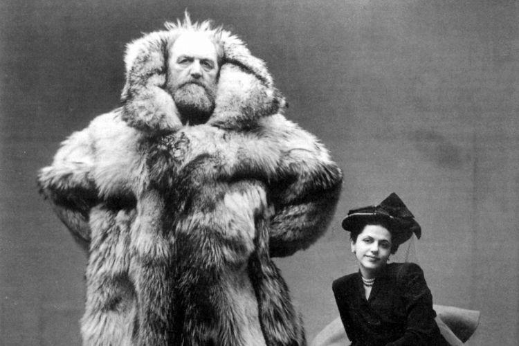 Но так как род деятельности и быт участников высокоширотных экспедиций зачастую сильно отличался от традиционного уклада эскимосов, одежда местных жителей не всегда отвечала их запросам. Проблема заключалась в поддержании баланса между, казалось бы, двумя взаимоисключающими качествами – высокой теплоизоляции и хорошей вентиляции.  Поэтому до середины 60-х годов полярники экспериментировали с костюмами, для пошива которых использовался мех различных животных. В ходу была также стеганая одежда на гагачьем пуху или вате. Комплект одежды полярника тех времен включал в себя шелковое и шерстяное белье, брюки на гагачьем пуху или верблюжьей шерсти, шерстяной водолазный свитер и стеганую короткую куртку. От морозов голову защищал шерстяной подшлемник, сверху шапка с кожаным верхом и меховой капюшон. Это облачение довершали шерстяной шарф и шерстяные же перчатки и обувь, чей ассортимент не изменился до сих пор: унты, валенки и резиновые сапоги. Верхняя одежда шилась из плотной ветрозащитной ткани.