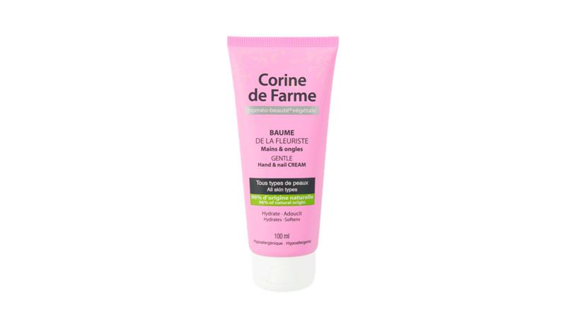 Крем Corine de farm Gentle hand& nail cream Этот крем для рук и ногтей с экстрактом цветов пиона придется весьма кстати в самое суровое время года, когда на улице кожу сковывает лютый мороз, а в помещениях — нещадно сушит центральное отопление. Gentle hand&nail cream не просто увлажняет, смягчает и защищает даже очень сухую кожу рук, но и предельно быстро впитывается, не оставляя жирной пленки. Особо следует отметить, что 96% ингредиентов, входящих в состав продукта, имеют натуральное происхождение.