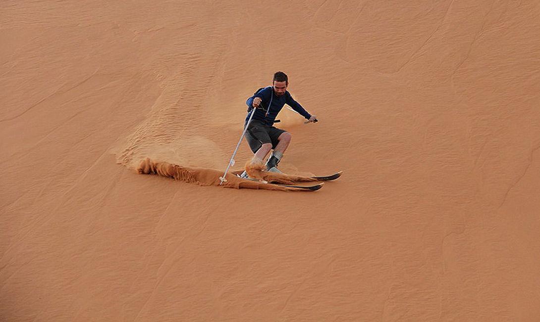 Немного фирменного колорита Марокко: снег — не единственное, что радует местных любителей горных лыж. Песчаные дюны великой Сахары вполне устраивают туристов, прибывающих за этим необычным развлечением со всего мира.