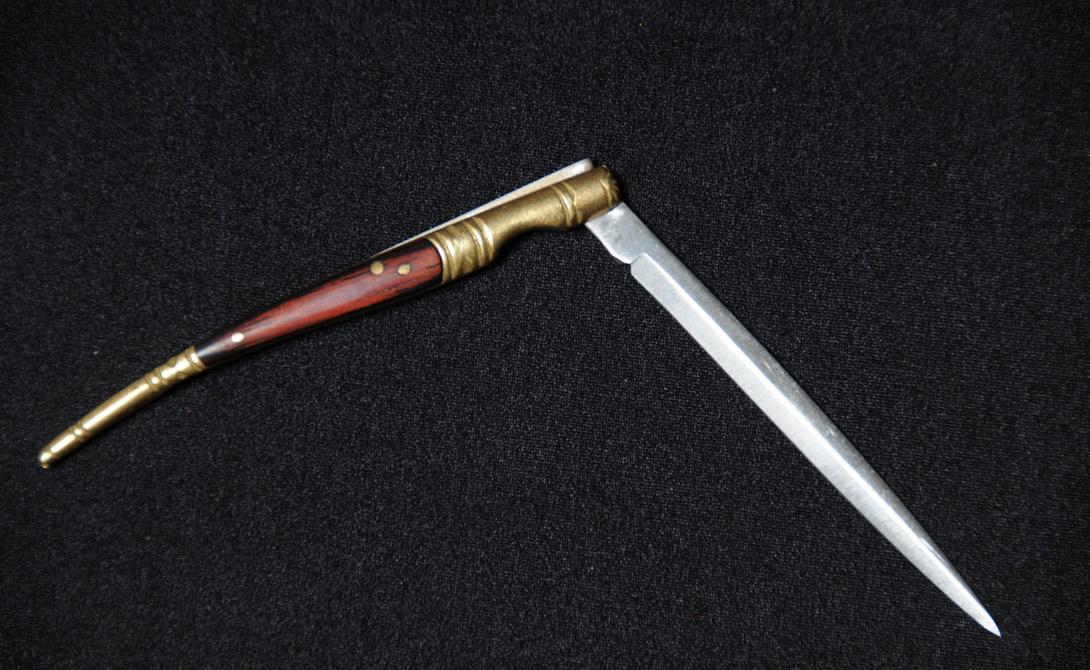 Наваха Этот испанский нож стал настоящим символом мести — им пользовались горячие южные парни, чтобы разъяснить противнику, кто тут на самом деле прав. Наваху придумали крестьяне для того, чтобы обойти существующий запрет на длинные клинки. Нож раскладывается вручную, на обухе имеется фиксатор, который стал прообразом современного бэклока.