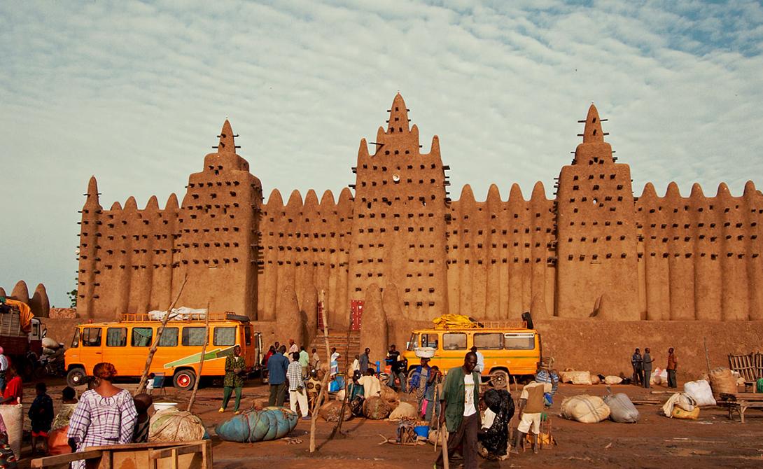 Великая мечеть Дженне Мали Построенная еще в 1907 году, Великая мечеть Дженне остается самым великим сооружением, для постройки которого использовалась только, извините, грязь. Все сырцовые кирпичи ее стен рабочие собирали из земли, песка и глины. В 1988 году мечеть была внесена в список Всемирного наследия ЮНЕСКО. Минареты мечети украшены классическими для этих мест орнаментами. Но природа Северной Африки не очень благосклонна к постройкам из грязи — даже к самым святым. Поэтому после каждого сезона дождей жители города собираются вместе и реставрируют потекшие и растрескавшиеся стены.