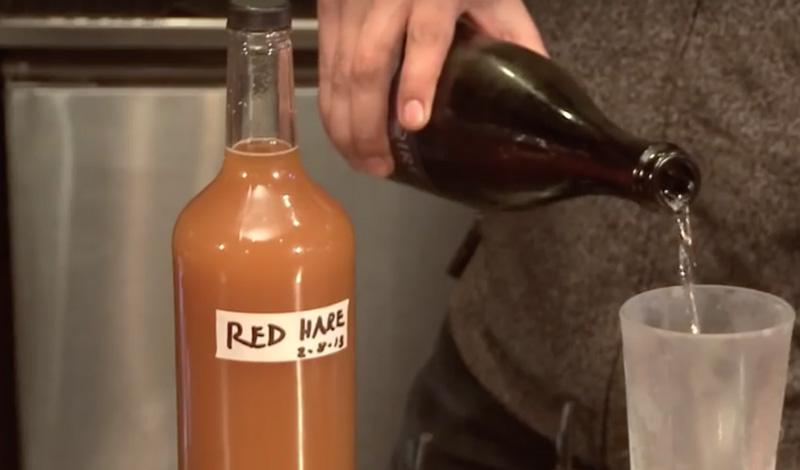 Третий этап Понадобится емкость со льдом, куда мы поставим нашу готовую смесь. При перемешивании, лед будет постепенно охлаждать напиток, заставляя ингредиенты отдать ему все полезные свойства. Последним добавляем апельсиновый сироп — его можно сделать самостоятельно, из корок от апельсина и сахара, а можно купить в магазине. Все, Red Bull-хоммейд эдишн готов, дайте ему постоять в холодильнике и пейте на здоровье.