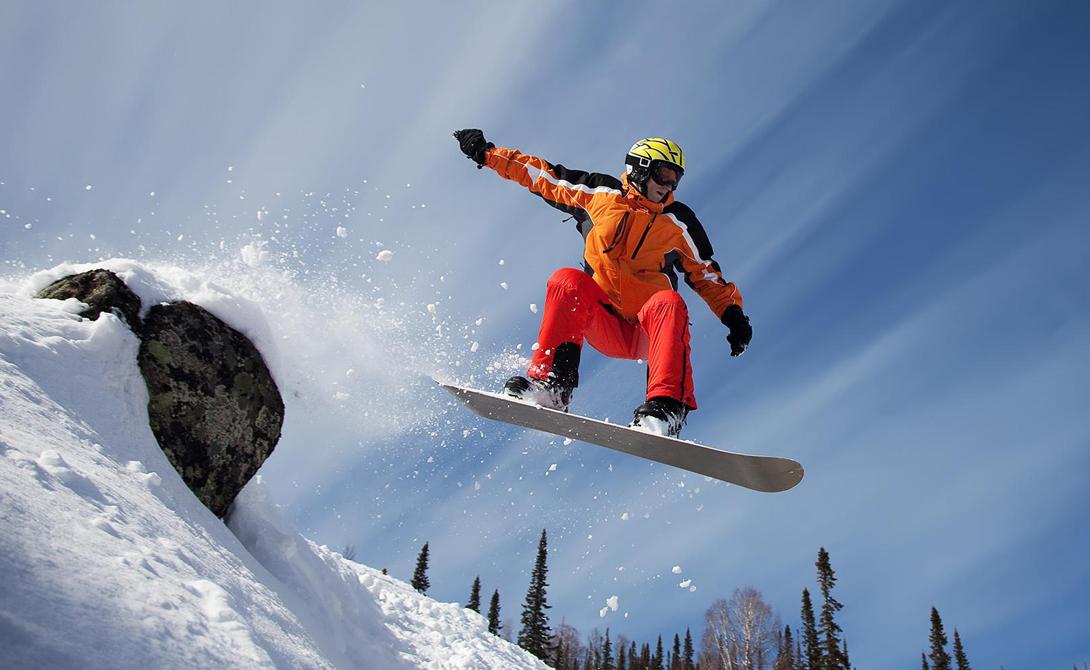 Сноуборд Что потребуется: куртка, штаны, перчаткиГде заниматься: подойдет любой склон Для того, чтобы впервые встать на доску, вам не потребуется практически никакой подготовки. Сноуборд прощает любые ошибки, заниматься этим спортом на небольшом склоне может позволить себе каждый. Лучше всего будет найти школу, где опытный инструктор покажет азы, но, в принципе, можно справиться и самому. А вот покупать сразу весь комплект оборудования не стоит — слишком дорого. Доску, ботинки и крепы лучше взять напрокат.