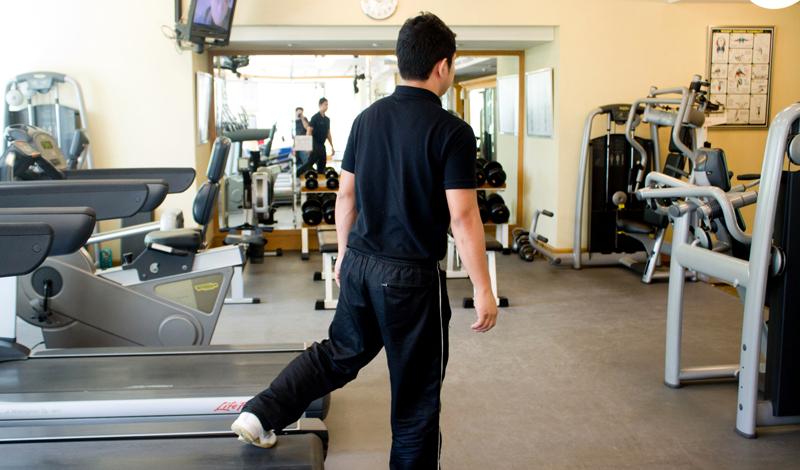 Руки и плечи Вам может казаться, что вся нагрузка достается ногам, но, на самом деле, очень важно следить за движениями рук и плеч. Без синхронной работы всего тела далеко не убежишь —помните об этом.
