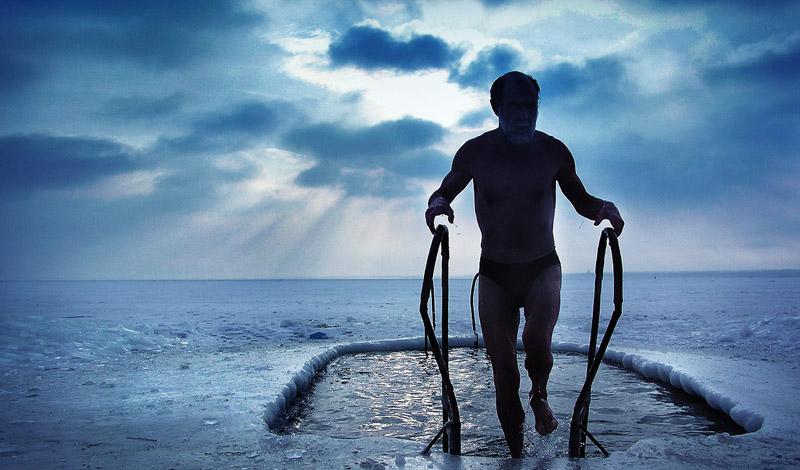 Что это такое Зимнее плавание, или, как это называют в Польше, моржевание, не имеет никаких религиозных истоков. Энтузиасты занимаются им как в открытых незамерзающих водоемах, так и в специально проделанной проруби. Любители подобного, довольно экстремального развлечения есть практически в каждой стране мира. Сами спортсмены называют себя по-разному: у нас это «моржи», в Финляндии «выдры» и «тюлени», а в США — «белые медведи».