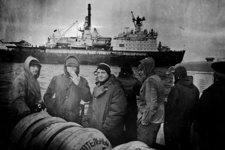 С началом работ в более жестких физико-географических условиях антарктического высокогорья и со сменой деятельности в Арктике с экспедиционной на преимущественно производственную, костюму полярника потребовались серьезные доработки. Так начались поиски новых материалов и работы по изучению теплового состояния человека в различных условиях. Так в СССР появилась наилучшим образом зарекомендовавшая себя модель полярной спецодежды – костюм КАЭ. Костюм состоял из куртки с капюшоном и ветрозащитным клапаном, закрывающим нижнюю часть лица, и комбинезона. В качестве утеплителя служили верблюжья шерсть, уложенная между двумя слоями марли, и капроновая ветрозащитная пленка. Хлопчатобумажная ткань долгое время использовалась в качестве материала верха, пока от нее не отказались из-за многочисленных недостатков.