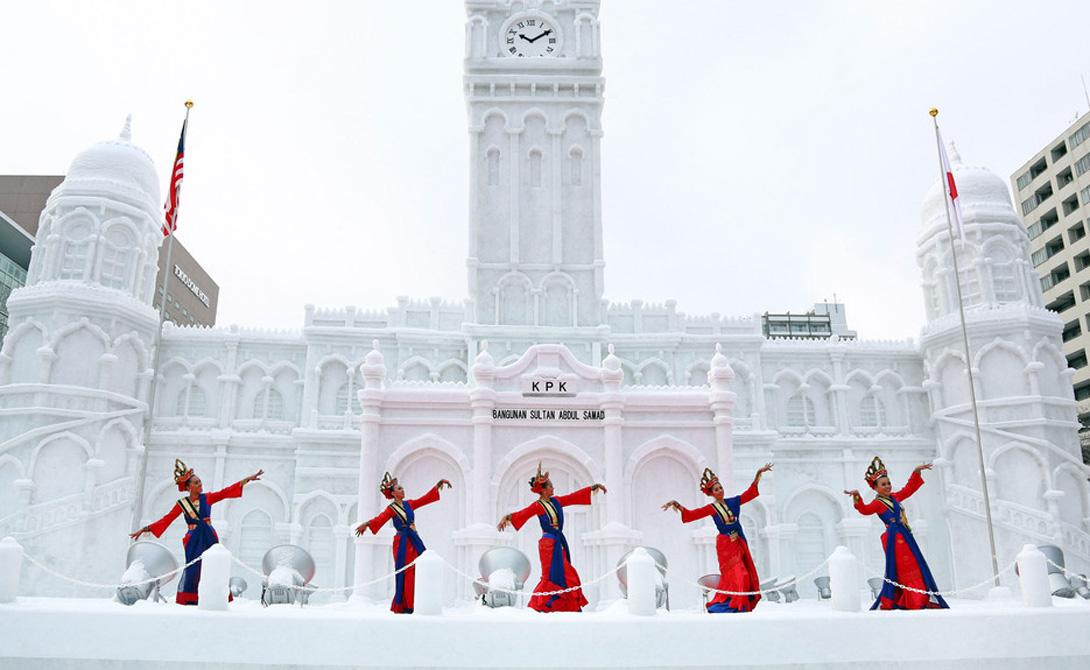 Саппоро Хоккайдо, Япония Пиво из этого городка известно по всему миру: японцы и в самом деле сумели сделать отличный продукт. В 1971 году здесь состоялись зимние Олимпийские игры. С тех пор в Саппоро проводится ежегодный фестиваль снега — каждый февраль сюда стекаются более двух миллионов туристов.