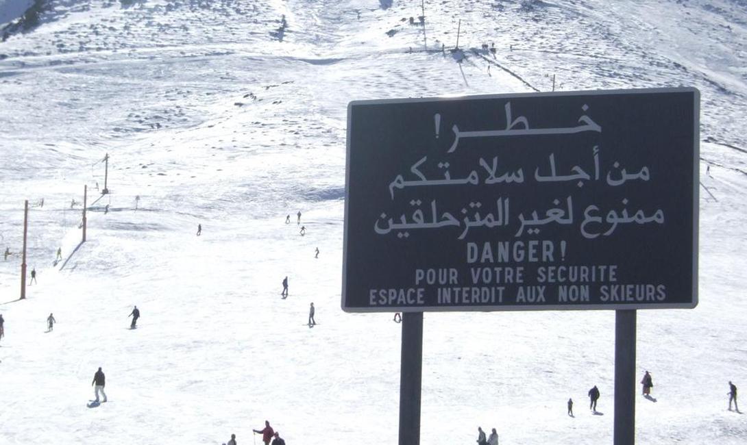 Конечно, здесь не стоит ожидать развитой, современной горнолыжной культуры — это, в конце концов, Марокко! Однако, прокаты снаряжения (пусть и не нового) встречаются на всем протяжении пути к Укаймеден. Местные жители еще на этом этапе уверяют, что высоко в горах Атлас лежит прекрасный снег.