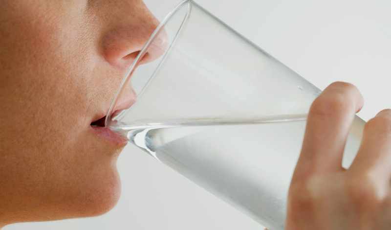 Лимонная кислота Попробуйте начинать свое утро стаканом воды с лимоном. Лимонная кислота играет немаловажную роль в энергетическом цикле, где задействованы все клетки организма. Кроме того, лимонная кислота поможет вам сохранить должный уровень иммунитета. Правда, если вы испытываете какие-то проблемы с пищеварением, то стоит съесть немного творога, например, перед тем, как выпить стакан воды с лимоном.