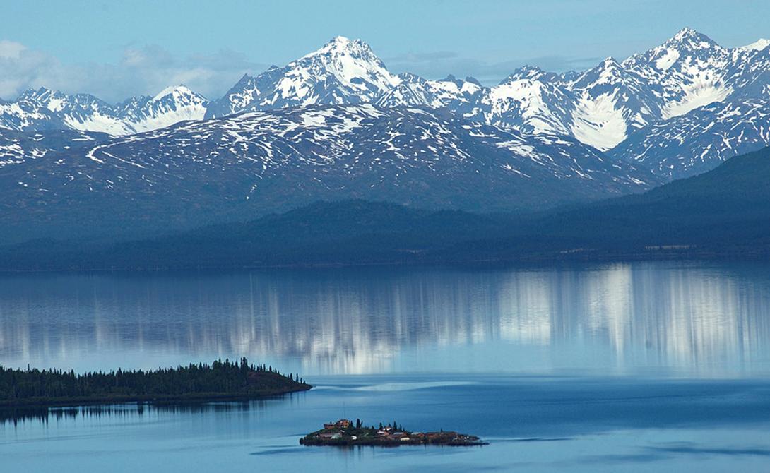 Нарроу-Лодж Нацпарк Вуд-Тикчик, Аляска Этот небольшой рыбацкий домик расположен на самой оконечности полуострова, занятого национальным парком. До ближайшей дороги отсюда целых 600 километров, а это значит, что добраться сюда можно только на гидросамолете. Удовольствие не из дешевых, однако, рыбалка здесь незабываема.