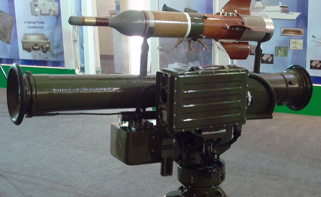 Хунцзянь-8 Китайский противотанковый ракетный комплекс HJ-8 работает на расстоянии до 6 километров и является весьма эффективным орудием, способным разрушить даже серьезные укрепления.