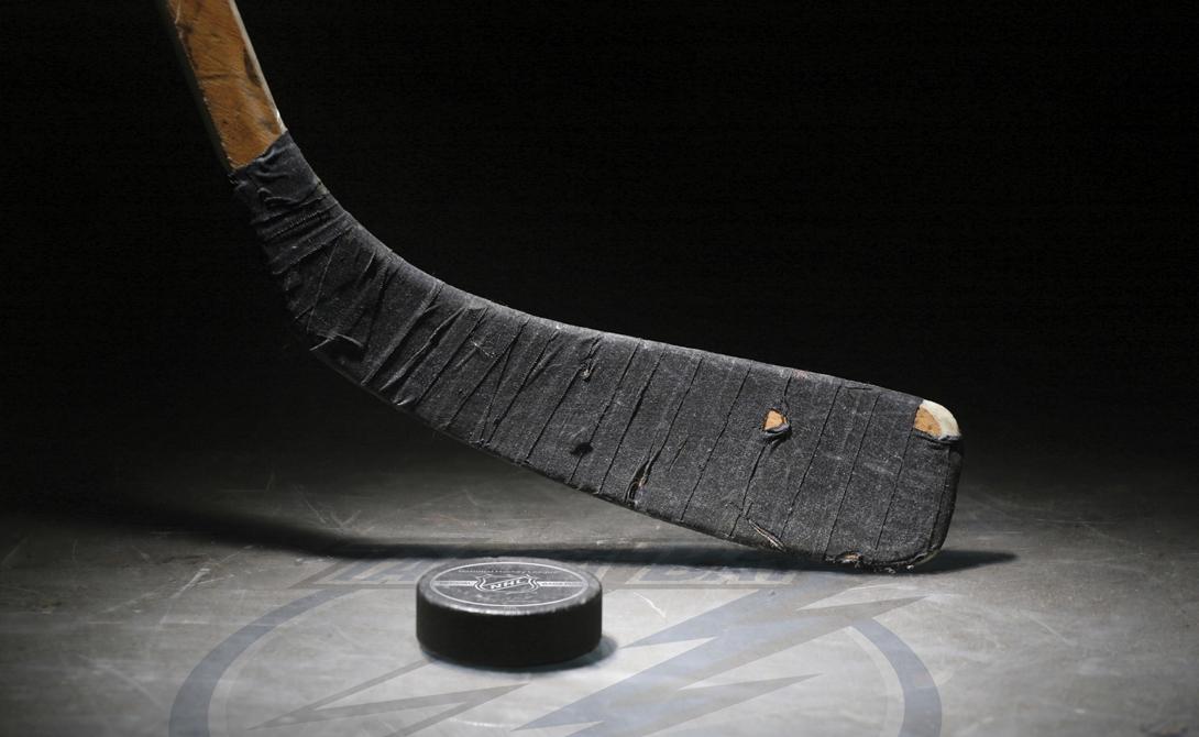 Хоккей Что потребуется: защита, капа, клюшка, конькиГде заниматься: в спортивной школе, на дворовом катке Трусы действительно не играют хоккей — слабая психика не выдерживает зрелище несущегося на вас соперника, размахивающего огромной клюшкой. Если трусость — это не про вас, то вперед, покорять ледяные просторы. Месяц занятий хоккеем способен заменить полугодовые тренировки в спортзале: к лету уж точно накачаетесь.