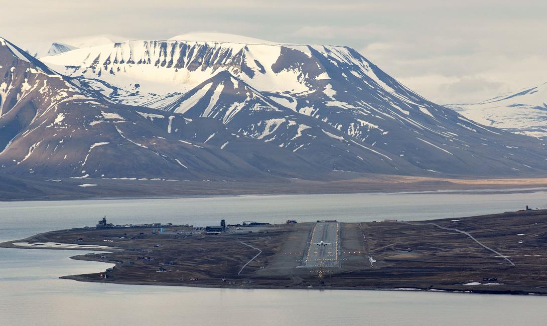 Норвегия Аэропорт Свальбард Аэропорт у подножья горы Платоберге является самым северным в мире гражданским аэропортом. Воздушная гавань располагает всего одной взлетно-посадочной полосой без рулевых дорожек. Основную опасность здесь составляют частая непогода и резкие порывы ветра.