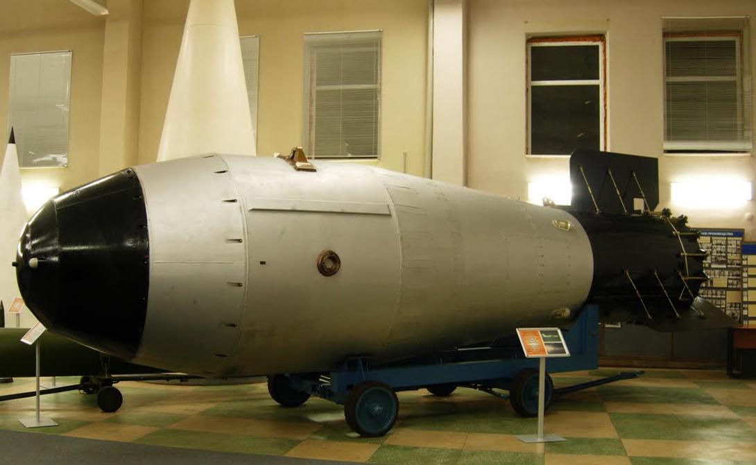 Что это Водородная бомба, известная также как Hydrogen Bomb или HB — оружие невероятной разрушительной силы, чья мощность исчисляется мегатоннами в тротиловом эквиваленте. Принцип действия HB основан на энергии, которая вырабатывается при термоядерном синтезе ядер водорода — точно такой же процесс происходит на Солнце.
