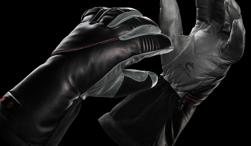 Перчатки Chaval Response XRT Heated Ski Gloves Бренд Chaval одним из первых решил две основные проблемы перчаток с подогревом, увеличив при помощи принципиально новой технологии время автономной работы и сделав нагрев более равномерным. Под ткань перчаток была вшита специальная полимерная пленка, сохраняющая тепло до трех раз эффективнее обычных перчаток. С учетом того, что включенные перчатки держат постоянную температуру на протяжении примерно трех суток без подзарядки, Chaval стал настоящим спасителем любителей проводить время на свежем морозном воздухе день и ночь напролет.