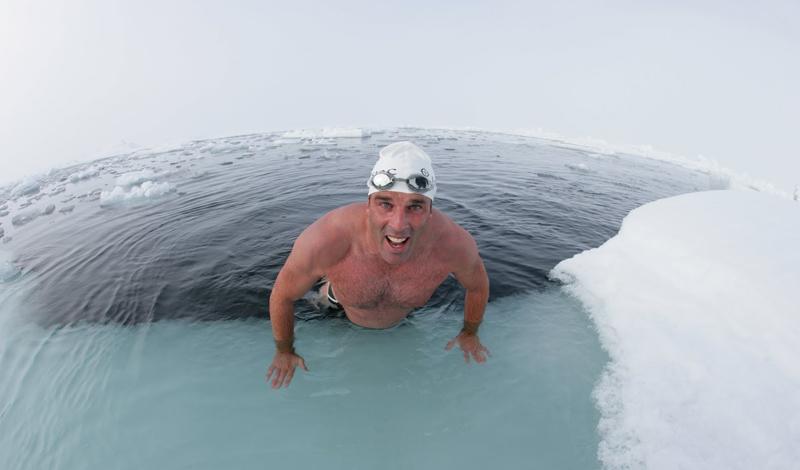 Основные правила Ни в коем случае нельзя лезть воду без предварительной подготовки. Разомните и разогрейте мышцы, сделайте несколько простейших упражнений. Если вы собираетесь нырнуть в прорубь сразу после бани — охладите тело, хотя бы в течение трех-четырех секунд. Забудьте о пьяном купании или о том, что можно залезть в ледяную воду больным и вылезти здоровым. Это вам не сказка.