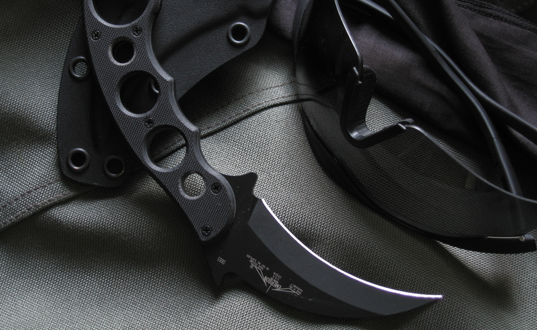 Керамбит Нож создан для решения только одной задачи — убийства противника. Керамбит оснащен серповидным клинком с внутренней заточкой. Правильный хват — обратный, специально для удобства на рукояти есть специальное кольцо для указательного пальца. Клинок не длинный, чтобы было удобно переносить это орудие убийства в кармане.