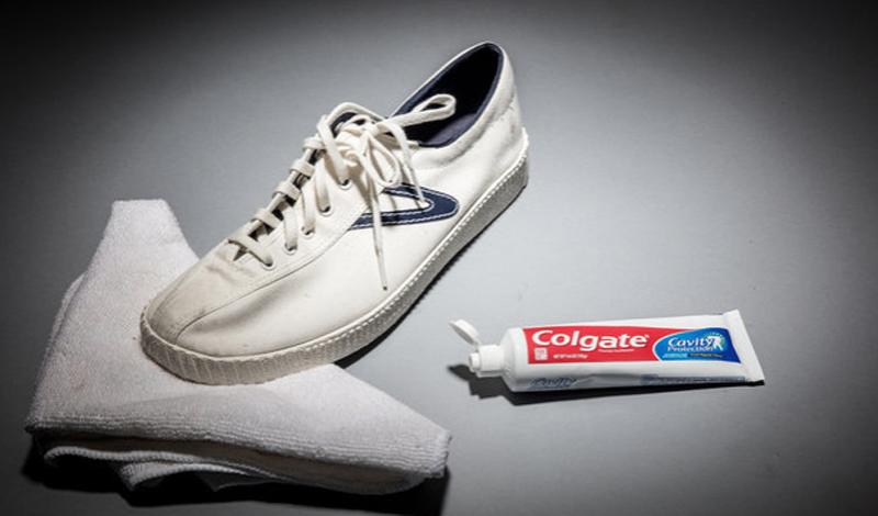 Зубная паста Любые кроссовки рано или поздно темнеют — и не всегда под руками есть средство, чтобы сделать их вновь чистыми. А вот зубная паста есть всегда: используйте ее и обычную щетку — это вновь вернет вашей обуви белоснежное детство.