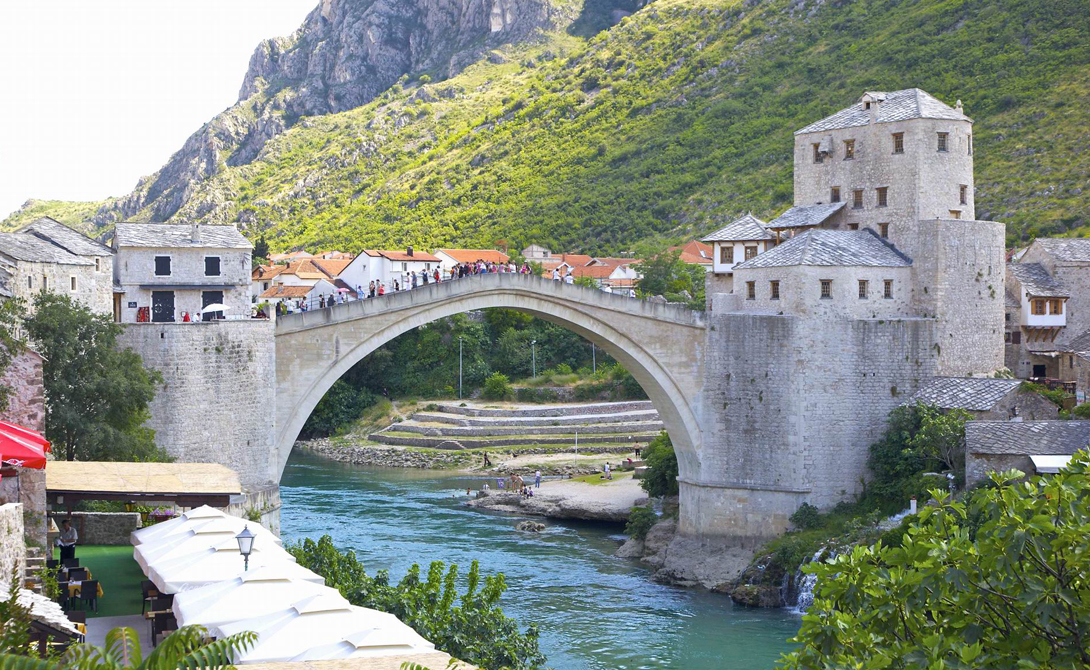 Старый мост Босния и Герцеговина Этот пешеходный мост через Неретву является архитектурным символом города и охраняется Юнеско. Отсюда, на потеху туристам, ныряют в непокорные воды реки местные храбрецы — учитывая тридцатиметровую высоту, занятие это считается очень опасным. Однако, муниципалитет города не имеет ничего против: освященная временем традиция берет свое начало еще в 1667 году.