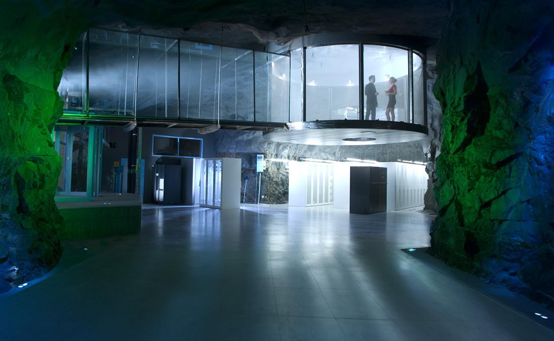 Дата-центр Pionen Швеция В самом центре Стокгольма, на глубине 30 метров, расположен сверхзащищенный бункер компании Bahnhof. Это убежище было построено еще во время Второй мировой войны, а сейчас используется в качестве дата-центра — чуть ли не самого надежного во всем мире. Именно здесь предпочитают хранить информацию хакеры из Wikileaks. Размеры бункера — тысяча квадратных метров — позволят спрятаться здесь целой армии ваших родственников, а его стены предохранят всех вас даже от прямого попадания водородной бомбы.