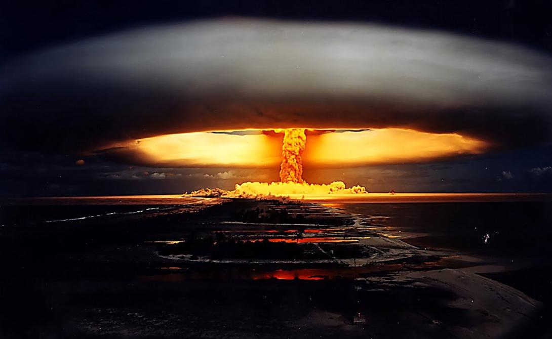 Тепловой эффект Водородная бомба всего в 20 мегатонн (размеры самой большой испытанной на данный момент бомбы — 58 мегатонн) создает огромное количество тепловой энергии: бетон плавился в радиусе пяти километров от места испытания снаряда. В девятикилометровом радиусе будет уничтожено все живое, не устоят ни техника, ни постройки. Диаметр воронки, образованной взрывом, превысит два километра, а глубина ее будет колебаться около пятидесяти метров.