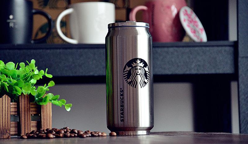 Термос Starbucks Если организм не будет вырабатывать достаточно тепла, чтобы сопротивляться морозному воздуху во время длительной зимней прогулки, то никакие перчатки с подогревом не спасут ваше замерзающее с каждой минутой тело. Обычно при постоянной физической активности об этом как-то не думаешь, но стоит только остановиться, чтобы перевести дух, и холод сразу же напоминает о себе. Помочь согреться может горячий напиток, сохранивший высокую температуру благодаря надежному термосу вроде этого стильного экземпляра с логотипом Starbucks. Пожалуй, ничто другое так не продемонстрирует вашу привязанность к кофе, но не будет преступлением накапать в напиток немного виски или вовсе заменить его глинтвейном.