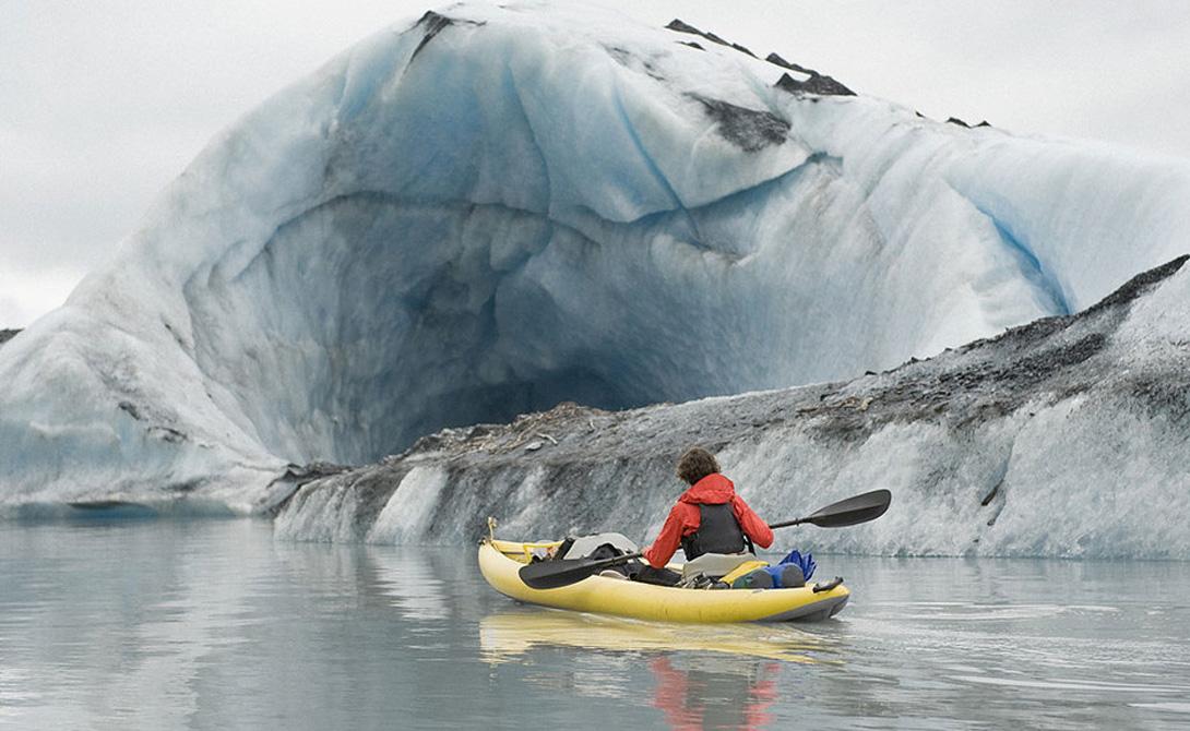 Вальдес Аляска, США Самое заснеженное место во всех Соединенных Штатах Америки: городок Вальдес может похвастать большим наплывом туристов, мечтающих окунуться в атмосферу вечной зимы. Здесь, в окружении ледников горы Чугач, живут всего три тысячи человек — видимо, самые приверженные любители подледной рыбалки и хели-ски на планете.