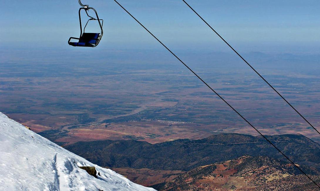 Сезон близок к закрытию и подъемники на самую вершину горы ходят пустыми. Там, наверху, почти нет туристов — только отчаянные местные парни, которые не хотят упустить ни часа.
