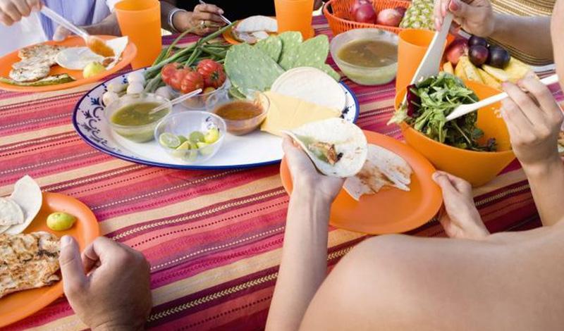 Определите нужное количество калорий Пришло время обдуманного питания. Без этого навыка ускорить обмен веществ не получится. Метаболизм — химический процесс вашего организма, который превращает еду в топливо. Точное понимание распорядка дня поможет вам осознать, сколько на самом деле требуется энергии. Рассчитайте количество потраченных калорий и немного снизьте его. Так вы подстегнете организм на более эффективную работу с ресурсами.