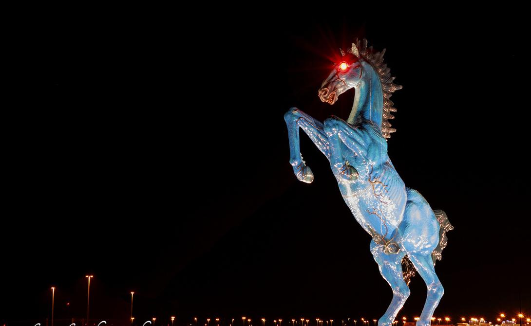 Синий Мустанг Где стоит: Денвер, СШААвтор: Луис Хименес Как только не называли жители города безумную статую, установленную прославленным Хименесом прямо у международного терминала аэропорта Денвера. Мягче всего звучало прозвище «Блюцифер» — да вы только посмотрите на это чудовище! Луис Хименес погиб при строительстве этого ужасного монумента, что, разумеется, не придало «Синему Мустангу» популярности.