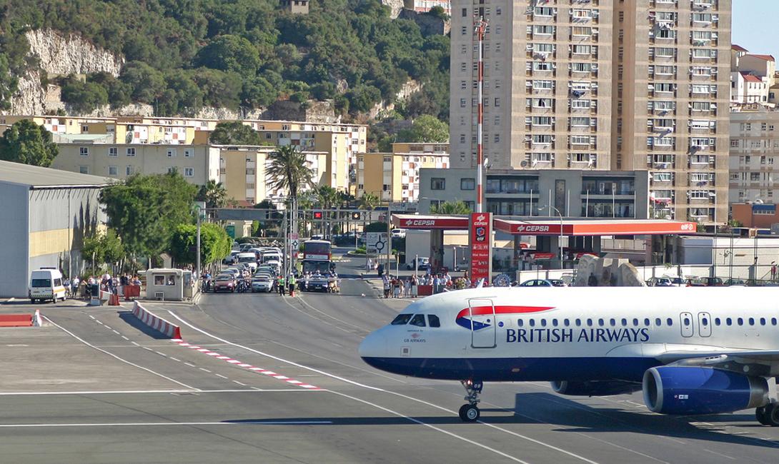 Гибралтар Аэропорт Гибралтара Аэропорт, находящийся в ведомстве Министерства обороны Великобритании, построен всего в 500 метрах от центра города. То ли из-за такой близости, то ли из-за нехватки места, но по каким-то причинам инженеры возвели взлетно-посадочную полосу длиной 1829 метров прямо через одну из главных транспортных артерий города. Рядом с местом пересечения установлены шлагбаумы и семафоры, и во время взлета и посадки лайнера движение транспорта останавливают точно так же, как на железнодорожном переезде. Хотя вся система отлажена, у пассажиров рейсов гражданской авиации данное соседство вызывает опасения, да такое, что аэропорту Гибралтара они отдали место в списке самых опасных в мире.