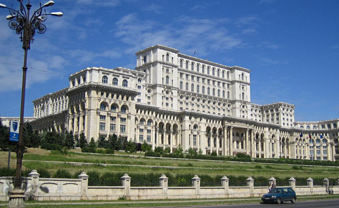 Дворец парламента Румынии Бухарест Самое большое в мире административное здание стоит в Бухаресте — здесь размещается парламент страны. Построенное еще при ненавистном диктаторе, Николае Чаушеску, оно настолько огромно, что его просто трудно сфотографировать за один раз. Дворец был создан в 1984 году, архитектор предпочел неоклассический стиль. Для постройки парламента пришлось снести 1/5 всех исторических зданий центра Бухареста.