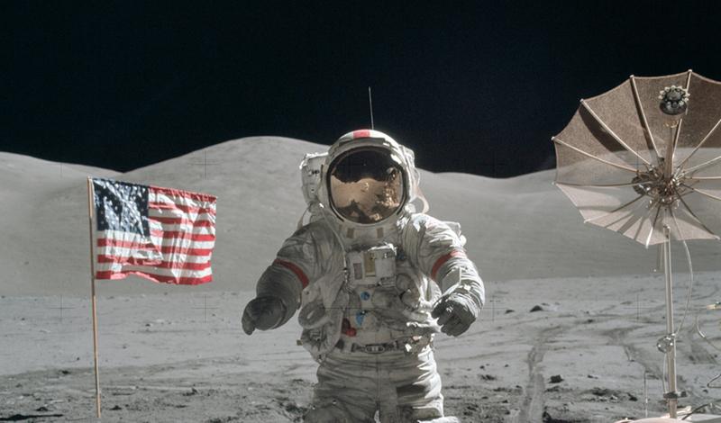 Посадки на Луну не было Полет человека к Луне — удивительное достижение, настолько невероятное, что некоторые люди даже не верят в его реальность. Конспирологи всех мастей раз за разом пересматривают видео прогулки Армстронга и находят несуразицу за несуразицей: то флаг у них колышется без ветра, то тень падает не в ту сторону, то следы космонавта слишком четкие. Авторство ролика приписывали и Уолту Диснею и Стенли Кубрику — адептов ложного полета к Луне хватает в каждой стране мира.