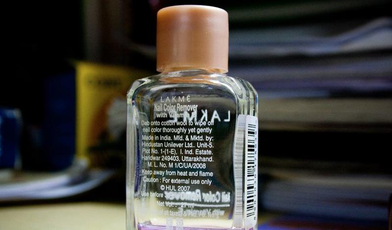 Жидкость для снятия лака легко удаляет случайно попавшую на любую поверхность краску для волос. Просто налейте ее на ватный диск и аккуратно сотрите пятно.