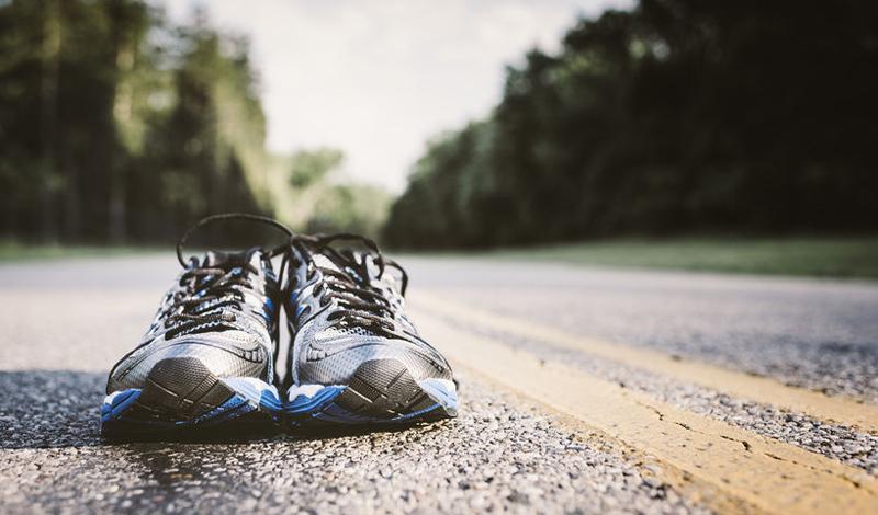 Старые кроссовки Иногда бывает очень сложно выбросить полюбившуюся пару обуви. Преодолевать собственную привязанность к вещам не только можно, но и нужно: старая обувь теряет свои амортизационные свойства, в результате чего страдают ваши суставы.