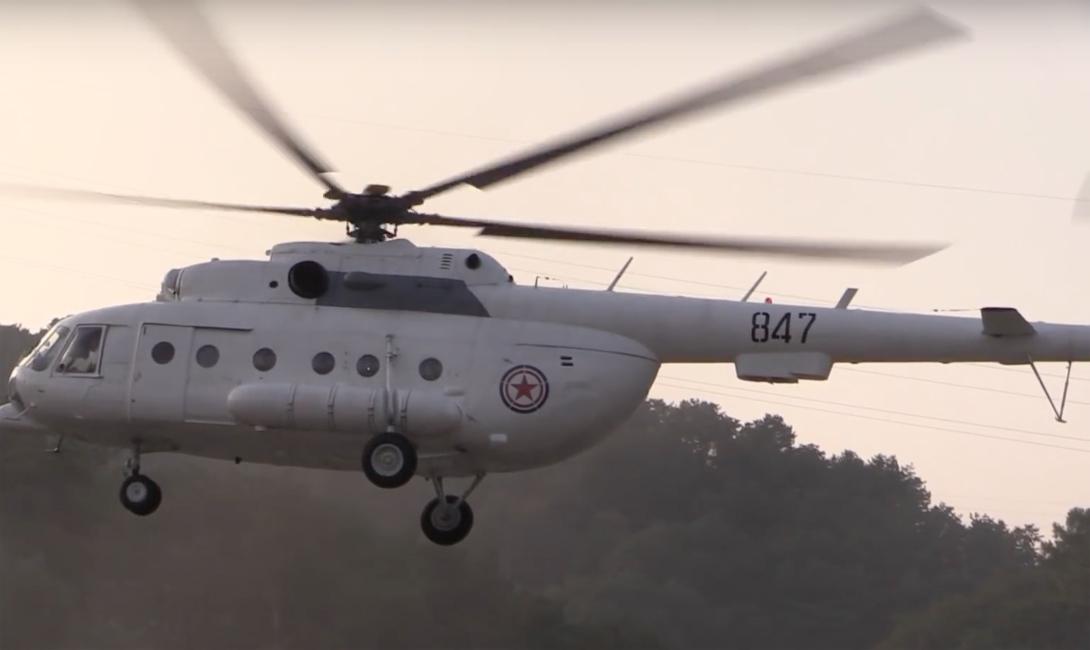 Путешествовать придется на стареньком Ми-17, который раньше использовался в военных целях. Но боевое прошлое машины давно позади: последние несколько лет вертолет перевозил только туристов из Пхеньяна до окрестных деревень.