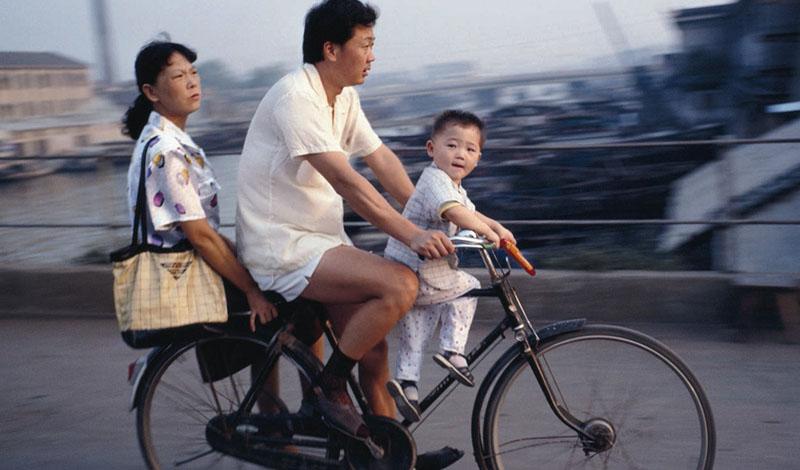Китай Общее количество языков: 300 Для чтения китайской газеты вам потребуется знать не менее 3000 иероглифов. Человек из хорошей семьи, получивший образование, владеет уже пятью тысячами. Только крупных региональных диалектов в Китае целых семь: люди из разных концов страны могут друг друга просто не понять. Население подразделяется на огромное количество этнических групп, каждая из которых имела свое собственное наречие в прошлом и сохранила его до настоящего времени.